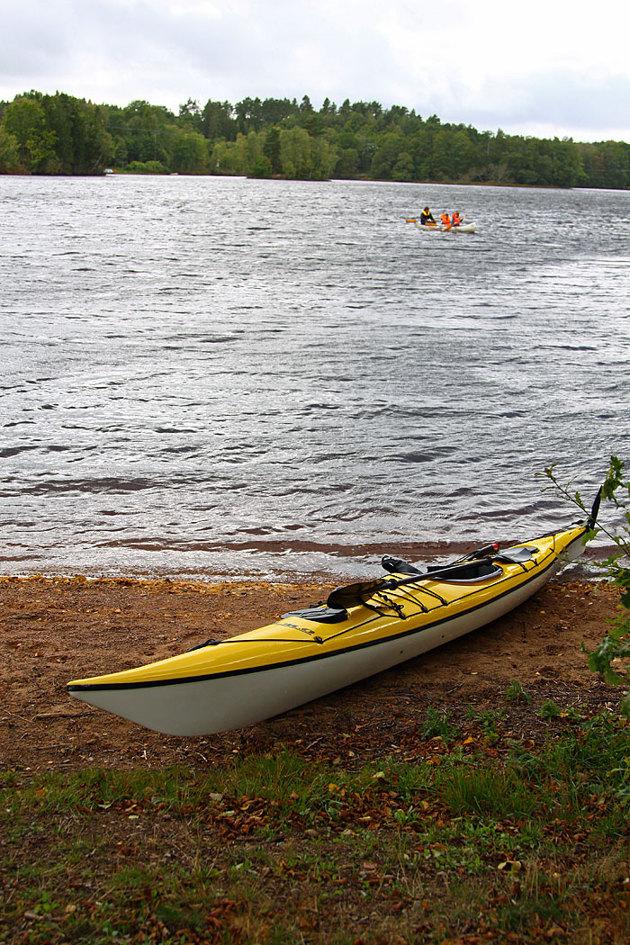 Många barn och ungdomar som provade att paddla canadensare för första gången, inte så lätt för vinden var frisk även här!!
