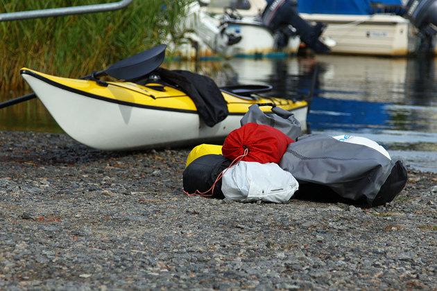 Reser alltid lätt..en tält tur med allt vad det innebär, kök sovsäck, liggunderlag, kläder, tält mm hamnar i runda slängar på 6 - 7 kg sen tillkommer mat (frystorkat och knäcke) och i detta fall färskvatten eftersom kajakturen var i saltvatten!!