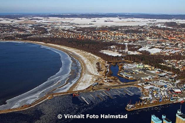 Västra stranden med Halmstads Segelsällskaps hamn i förgrunden och som dom nu håller på att lägga i rör för fjärrkylan