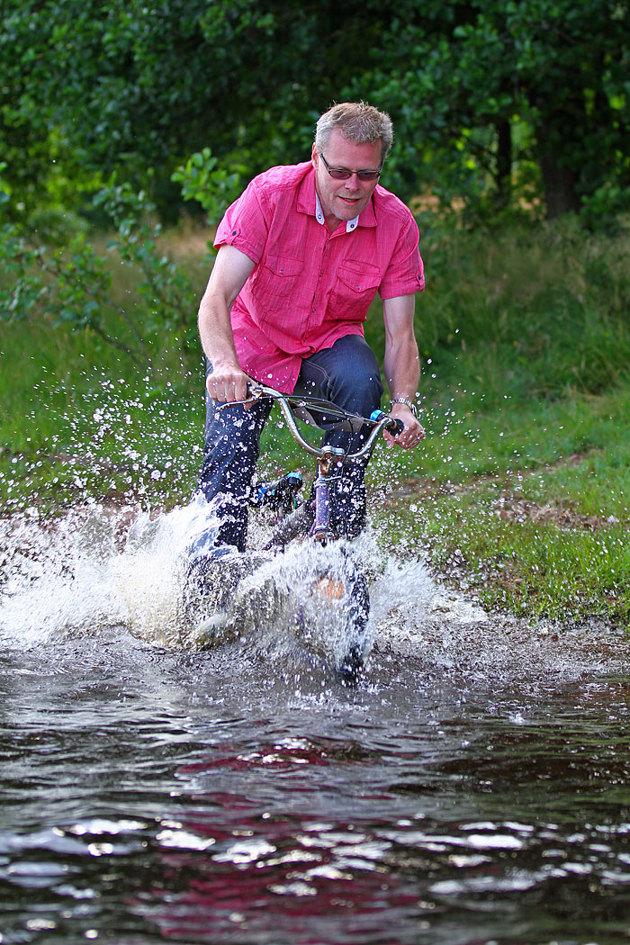 Pappan i familjen körde sonens cykel i vattnet det mesta av kvällen