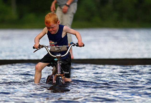 Går tydligen i arv...cykling i vatten..