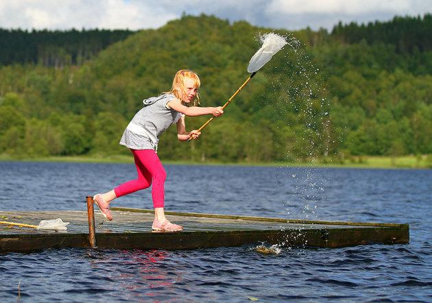 Dotter i familjen får fart på vattnet med en håv...