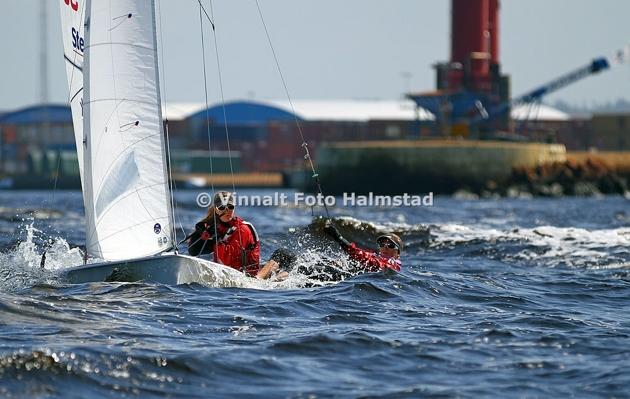 Tjejerna i 470 var inte med i tävlingen men seglade förbi när jag låg där med båten...