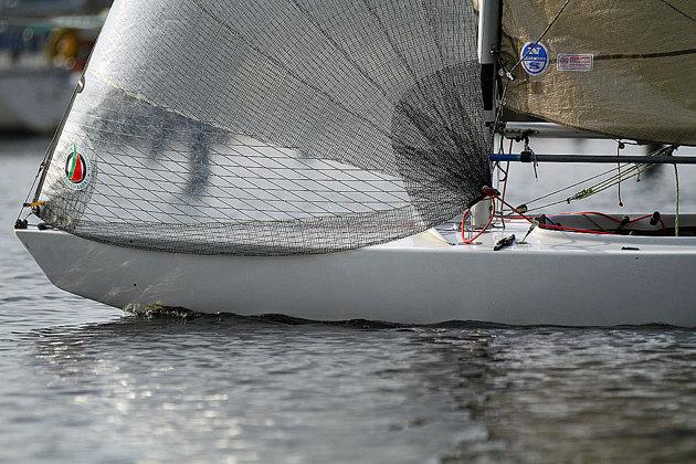 Fotograferar man båten på detta sätt ser den ut som villken kölbåt som helst.