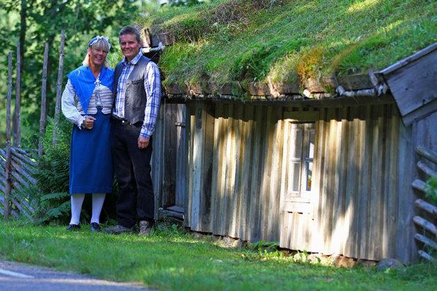 Sevärdheten Lurrehus, ligger riktigt fint. På bilden Christel o Anders som driver Skallinge Gård.