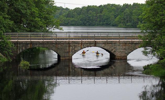 Gammla Hjärtevadsbron i Simlångsdalen. Här är det lite hjälp på traven för att det skulle bli lite liv i bilden.Tack Björn o Lisa för att ni paddlade.
