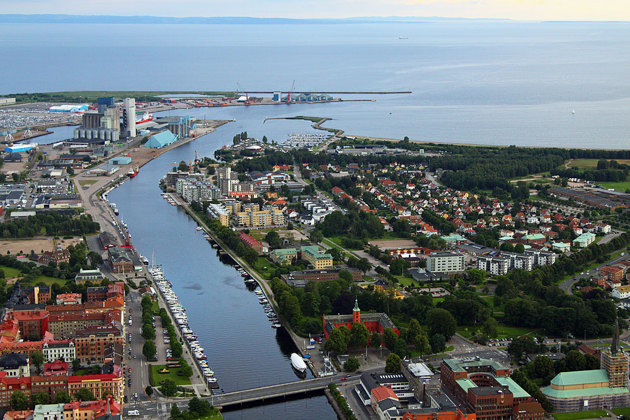 När jag ändå är upp i luften och fotograferar på uppdrag blir det även bilder på annat...i detta fall Nissan i Halmstad och hamnen..