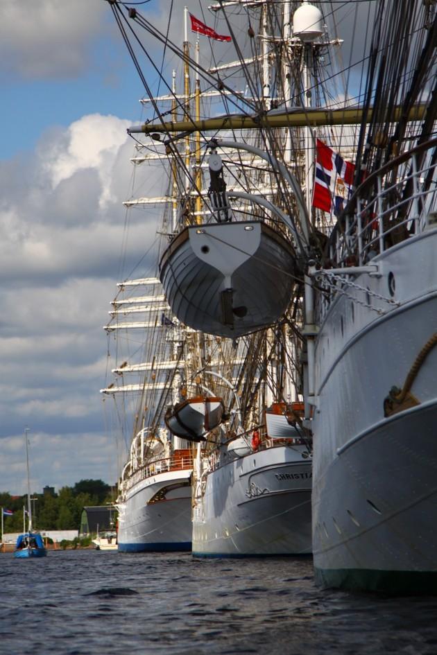 Notera fritidsbåten till vänster i bild...fartygen är maffiga
