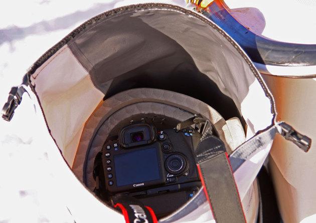 Här kommer jag åt kameran snabbt. Notera liggunderlaget runt kameran dessutom har jag lagt bitar av liggunderlag i botten på säcken.