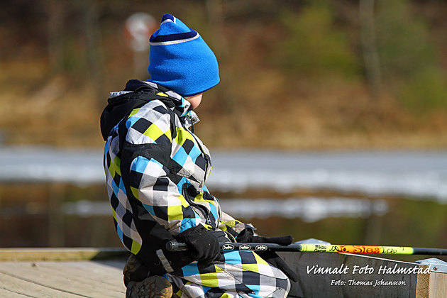 Eller lite snack med grannens son som försöker meta i sjön....Ett gott liv mellan plåtningarna.