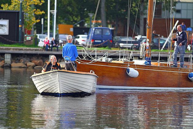 Stora träsegelbåtar utan maskin behöver hjälp med bogsering. Segelbåten var med i Tall Ships Races 1973.