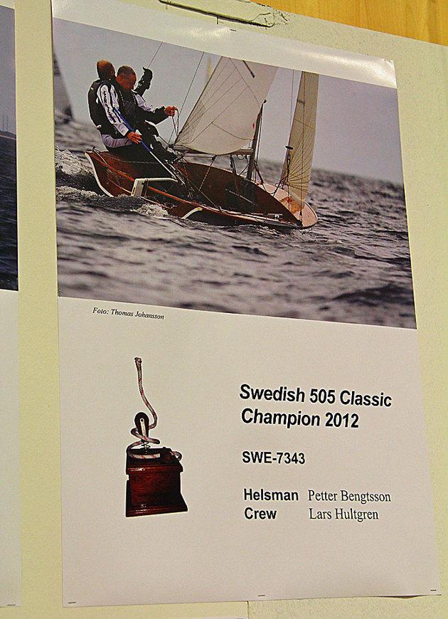 På en vägg hängde en massa affischer med bilder på 505....notera fotografen på denna bild...