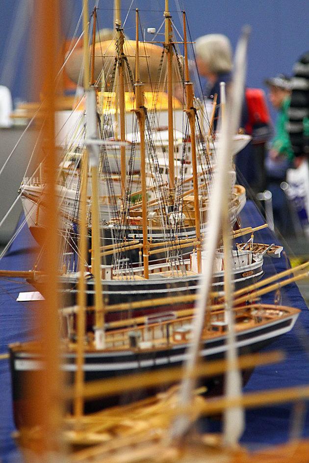 En träbåtsavdelning med många snygga modell byggen