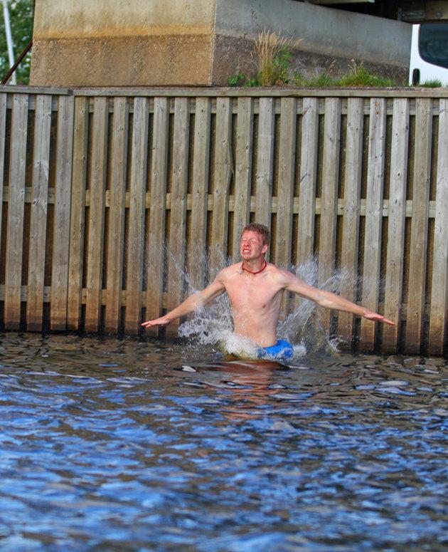Minspel/kroppspråk talar sitt tydliga språk...vattentemperaturen är nog ingen hit!!
