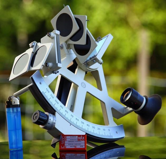 En sextant behöver ingen el!! Notera det lilla chipet som är dagens sjökort.