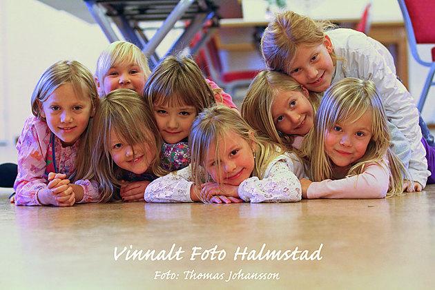 I mitten av veckan plåtade jag dessa glada tjejer som sjunger i någon form av kör....gruppfoto ala Johansson