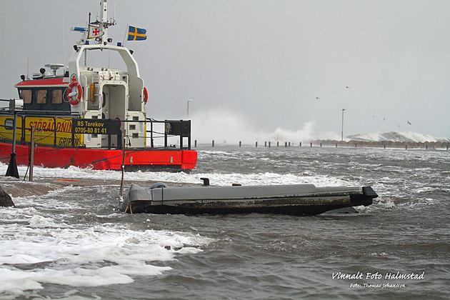 Vattnet vräkte över piren i Torekovs hamn