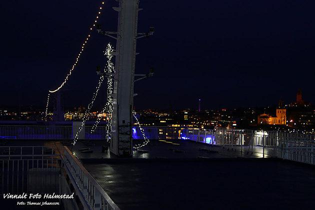 Där var någon form av belyst julgran ombord....det var ju det där med att man ska se fartyget så ena lanterna masten fick komma med på bilden.