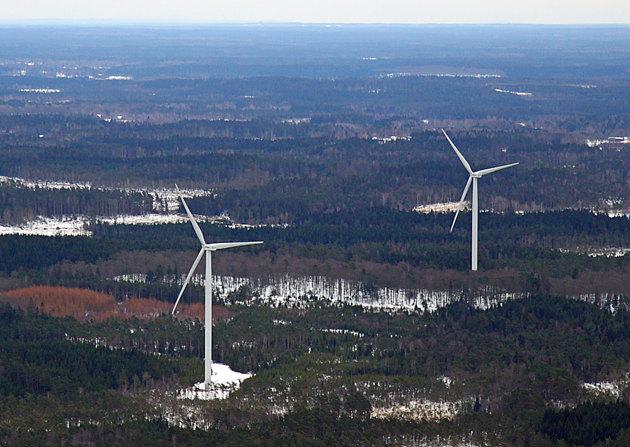 Dessa bägge vindkraftverk står på fastighetens mark.