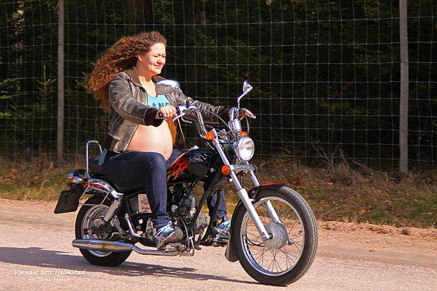 Lite moppekörning höggravid med bar mage känns OK i gravidplåtningsamanhang