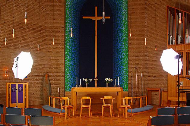 Förberedelserna tar runt en timme ska kolla ljuset mm. I det här fallet var altaringen (eller vad det heter) lös och den tog jag bort....får man inte göra fick jag påtalat av en präst tydligen någon helig pryl...man lär så länge man lever.