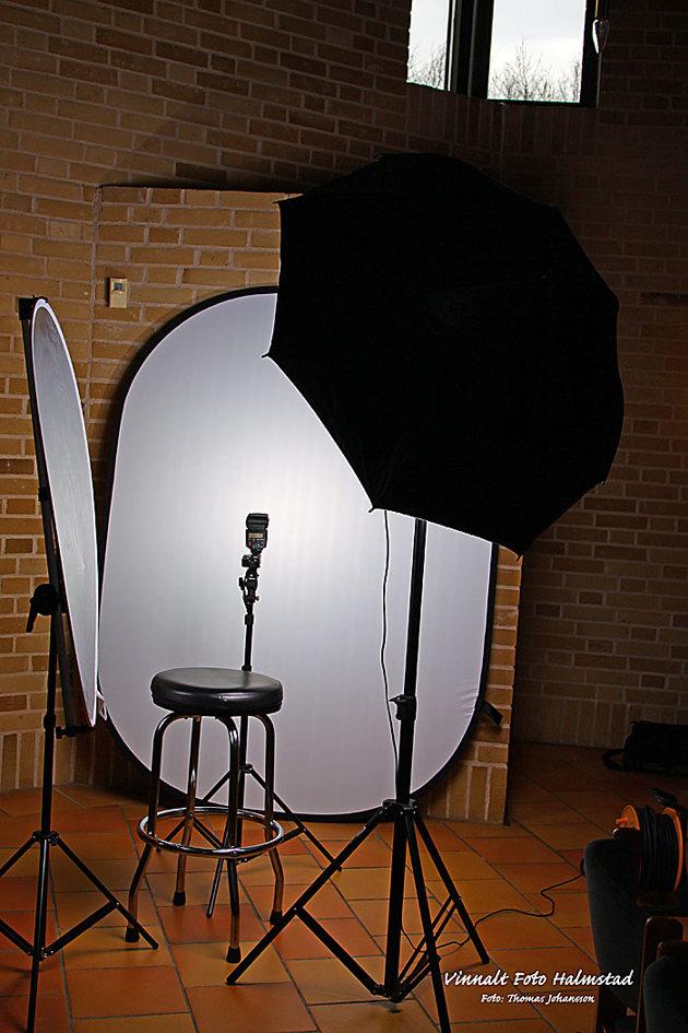 Riggade till min portabla studio intill altaret. Kör inte så mycket tjavs med overkill av blixtar mm på personalporträtt. Paraplyet är av softboxmodell smidigt att sätta upp och ger ett mjukt ljus