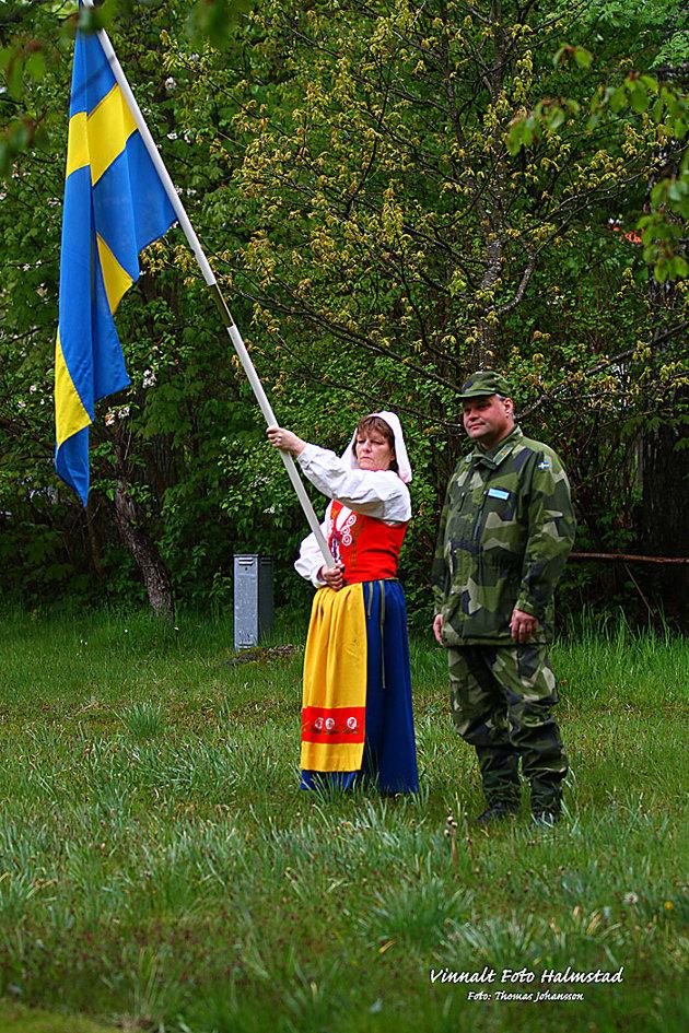 Mycket traditioner gäller här på landsbyggden och detta är en bild när svenska fanan hissas kl 08:00