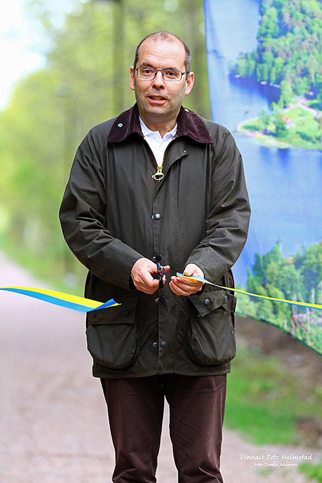 Här är det Kommunrådets ordis Carl_Fredrik Graf som klipper för en vandringsled