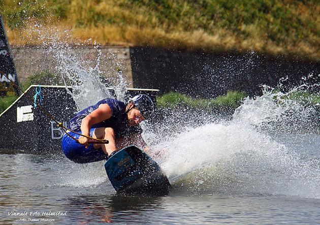Vid Varbergs fästing fick jag åtminstone leka lite med kameran när några killar håll på med något som liknade Kite surfing men utan drake.