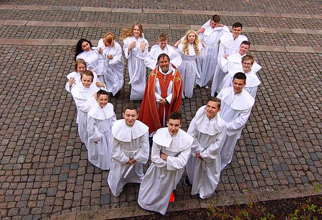 Istället för gruppbilden vid altaret formar man ett hjärta av ungdomarna...