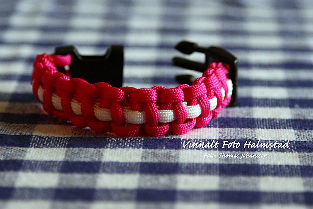 Striped Solomon armband med spänne ligger på 60 sek