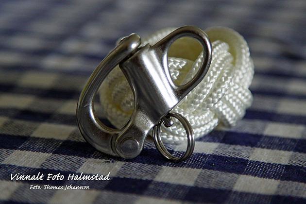 Till armbanden kan man få låset som pistolhake eller som här som skothake.