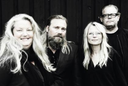 Maria Alexén, författare (till höger) till boken Vår tid är nu, tillsammans med sina medförfattare. Foto: Camilla Bondesson