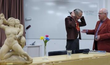 """Föreläsaren avtackad av ordf. Börje Söderquist med en av Karolas skulpturer """"Åtrå"""" i förgrunden."""