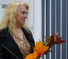 Marie avtackad med blommor