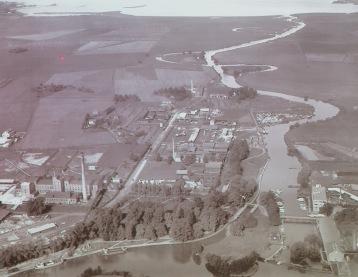 Gammal flygbild med Sockerbrukets skorsten till vänster och Roxen i bakgrunden
