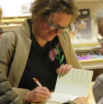 Agnes signerar sin bok