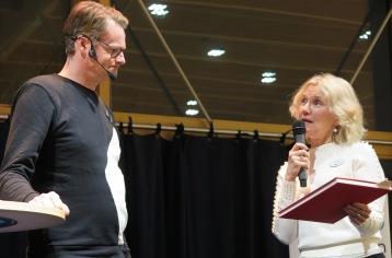 Louise Kruse-Svensson överlämnar en bok som tack