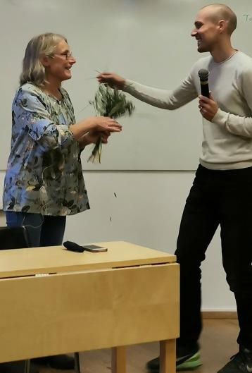 Johan Hagesund tackar Karin Holmbom med en blomma