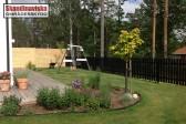 Svart staket och spaljé