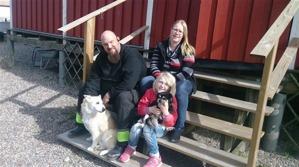 Minna med sin familj; Hundkompisen Viggen, husse Tobbe, matte Karin och så Minna i knät på lillmatte Ida <3 Minna with her family <3