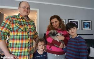 Saga's valpar; Först ut var Twix Dan Caramello som numera heter Yoshi. Här med sin familj Anders Skoglund & Sepideh Mosleh och deras fina pojkar Alvin & Hugo..