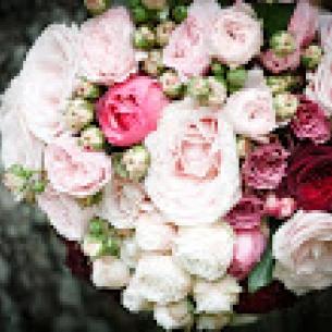 brudbukett med romantiska rosor