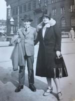 """Björn & Elna Hedvall, 1926 utanför Köpenhamns Rådhus. Publicerat i """"Renhårigt och enkelt- om arkitekt Björn Hedvall och hans arbete""""av CatrineJurgander med biografi av Katarina Juvander, 2012."""