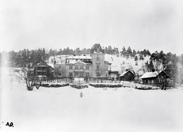 Gården Hummersberg, vinterbild från sjösidan.                                                       Fotograf T. Ohlsson, https://stadsmuseet.stockholm.se