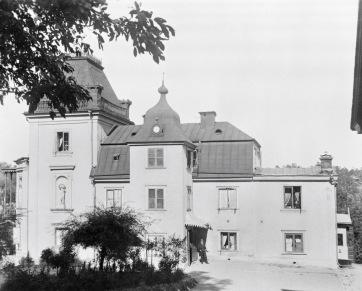 Gården Hummersberg, sommarbild på huvudbyggnaden. Fotograf T. Ohlsson, https://stadsmuseet.stockholm.se/