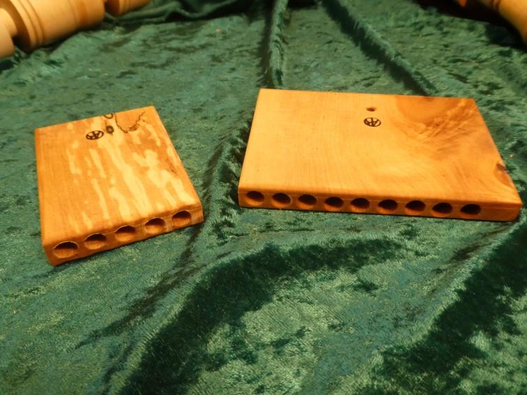 PANFLÖJTEN eller YORKFLÖJTEN hittades i York vid utgrävningar av vikingagravar. Det är det enda instrument i trä som hittats i en hövdingagrav. Den låg på hövdingens bröst. Ena halvan hade multnat bort av droppande vatten, så den vänstra är rekonstruktion av originalet. Den högra är min rekonstruktion av originalet som det troligen har sett ut. Skalan är utökad till nio toner och hänger rakt då hålet sitter mitt på flöjten. OBS! Nio toner i skalan var det vanligaste på vikingatiden. Priset är: 5-toner 100:- nio-toner 250:-