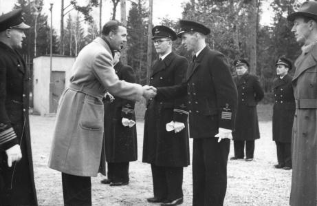 Prins Bertil hälsar på tekniker Dahlqvist