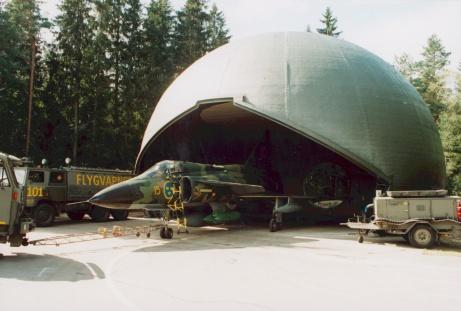 Här en bild från Tubas verksamhet som var en enhet på Halmstadskoorna. Här prövas nytt fältmässigt skydd för flygplan på våra krigsbaser