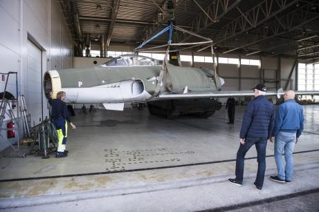 Tididg bild i renoveringen av A32. Efter transport över flygfältet kyfts framkroppen in för renovering i den civila hanagaren